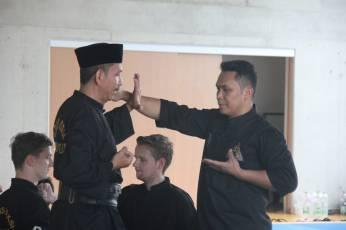 Gending Raspuzi memberikan demonstrasi teknik silat bersama Popeye S. Satjadiguna di Hannover, Jerman (1/9).